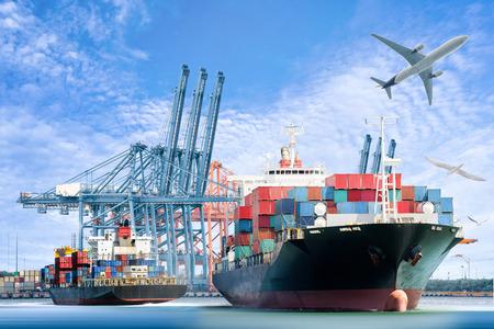 comercio: Buque de carga de contenedores y el plano de carga por un fondo logística de importación y exportación y la industria del transporte.
