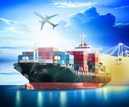 Porte-conteneurs Cargo avec pont ports de grue dans le port et Cargo avion pour logistique fond import export et de l'industrie des transports.