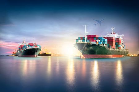 물류 수입 수출 배경 및 운송 업계를위한 항구에서 포트 크레인 다리와화물 비행기와 컨테이너 화물선. 스톡 콘텐츠