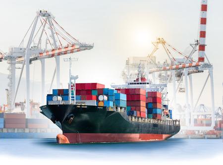 물류 및 운송 물류 가져 오기 내보내기 배경 및 운송 업계 항구 항구 크레인 다리와 국제 컨테이너 화물선. 스톡 콘텐츠