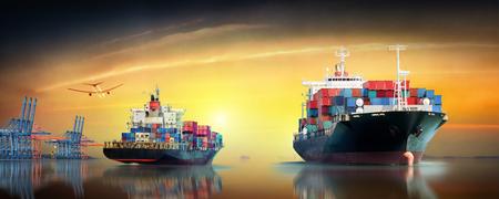 Logistik und Transport von Containerfrachtschiff und Frachtflugzeug im Ozean in der Dämmerung Himmel, Fracht, Schiffsfracht