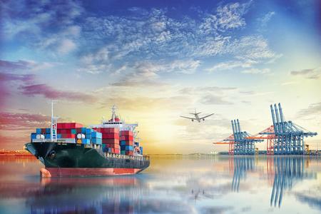 物流・国際コンテナー貨物船と貨物面夕暮れの空、海の輸送貨物輸送, 運送業