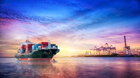 Logistiek en transport van Internationaal Container vrachtschip in de oceaan bij twilight sky, Freight Transportation, Shipping