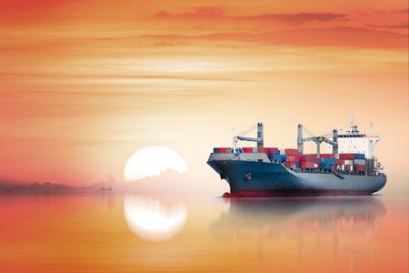 夕焼け, 貨物輸送, 運送業として海の国際コンテナー貨物船 写真素材