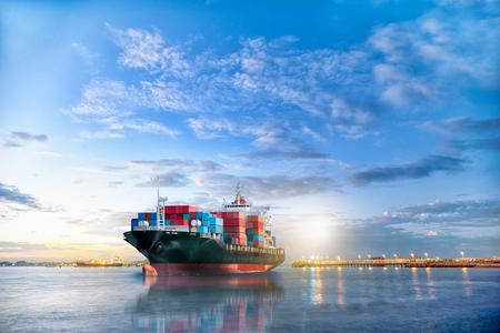 황혼 하늘에서의 국제 컨테이너 화물선의 물류 및 운송,화물 운송, 해운 스톡 콘텐츠