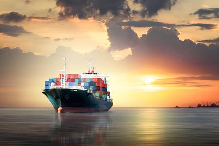 Międzynarodowy kontenerowy ładunek statek w oceanie jako zmierzchu niebo, Frachtowy transport, wysyłka