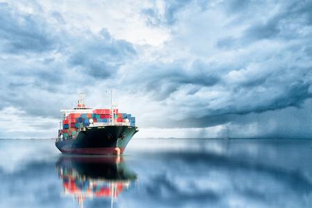 Logistica e trasporto di container internazionale Nave cargo nell'oceano, trasporto merci, spedizione