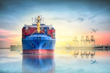 물류 및 국제 컨테이너 화물선 및 포트화물 비행기의 운송 물류 가져 오기 내보내기 배경 및 운송 산업에 대 한 일몰 하늘 항구에 크레인 다리. 스톡 콘텐츠