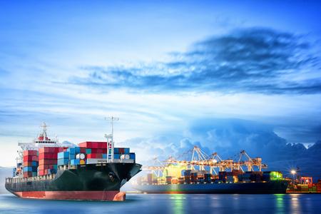Logistique et transport de International Container Navire cargo avec pont ports de grue dans le port pour la logistique import export fond et de l'industrie du transport.