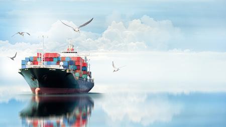 Logística e transporte de navios de contentores internacionais no oceano com grupo de aves, transporte de mercadorias, expedição Foto de archivo