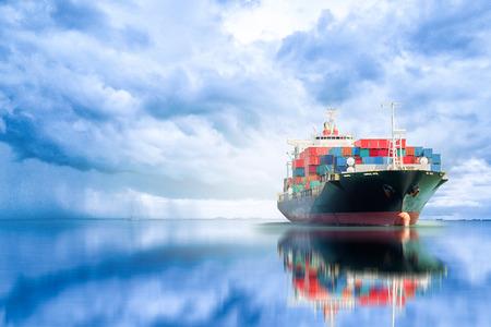 海で貨物輸送、海運、航海船の国際コンテナー貨物船 写真素材