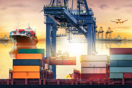 産業クレーン海ポート、ロジスティックの輸入輸出の背景および輸送産業での貨物貨物船にコンテナーを積みます。