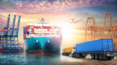 Logistiek import export achtergrond en transport industrie van Container truck en vrachtschip met werkende kraan brug in zeehaven bij avondrood Stockfoto