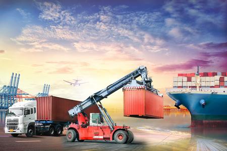 物流輸入輸出背景と輸送産業のコンテナ トラックと夕日を背景に港で貨物船