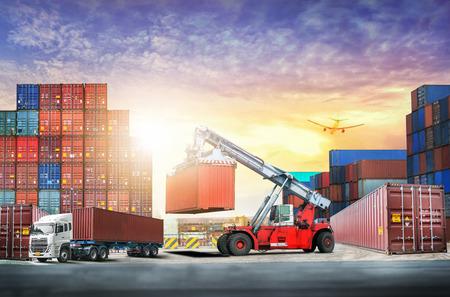 物流輸入輸出背景および輸送産業夕焼け空コンテナー貨物貨物船の