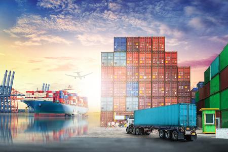 물류 가져 오기 수출 배경 및 컨테이너 트럭 및화물 우주선 일몰 항구에 항구에서