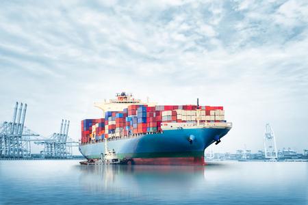 De de uitvoerachtergrond van de logistiekimport van Containervrachtschip in zeehaven op blauwe hemel, Vrachtvervoer
