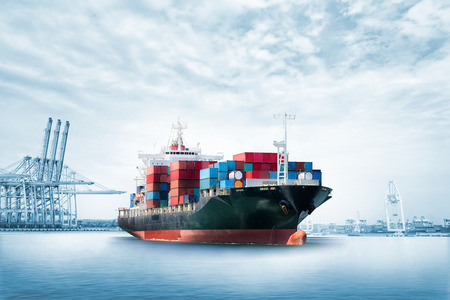 物流は、青い空、貨物輸送の海港のコンテナー貨物船の輸出背景をインポートします。