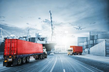 Logistik importieren Export Hintergrund und Transport-Industrie von Container Cargo Frachtschiff bei Sonnenuntergang Himmel