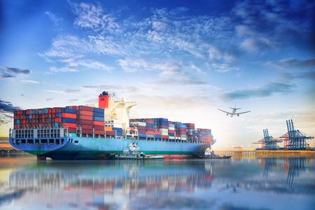 Logistiek en transport van internationaal containervrachtschip en vrachtvliegtuig in de oceaan bij schemeringhemel, vrachtvervoer, het verschepen