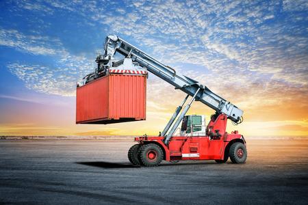 物流荷役ドックでフォーク リフトの輸出背景をインポートします。 写真素材