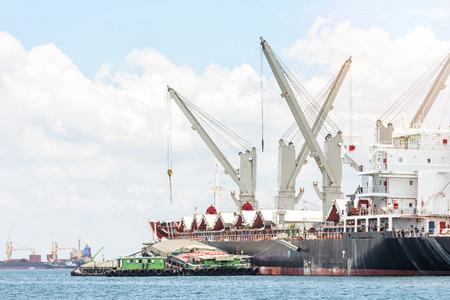 海の物流・交通の一般貨物船 写真素材