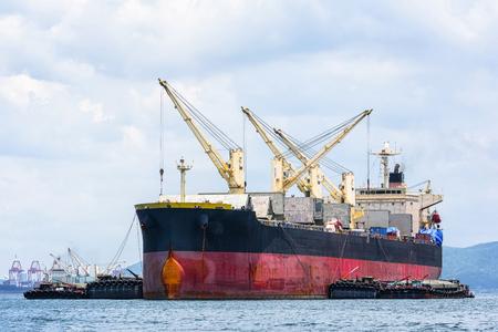 海での一般貨物船