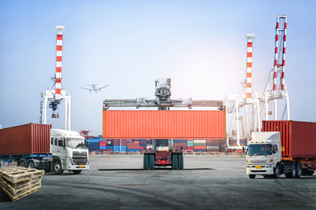 物流から輸出背景の輸出入輸送港でコンテナー ボックス、読み込みの処理フォーク リフトの産業 写真素材