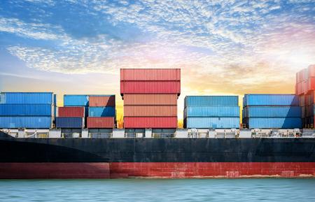 物流インポート エクスポート夕焼け空、貨物輸送の海港のコンテナー貨物船の背景 写真素材