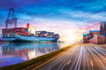 Logistik und Transport von Containerfrachtschiff und Frachtflugzeug im Ozean in der Dämmerung Himmel, Fracht, Schiffsfracht Standard-Bild