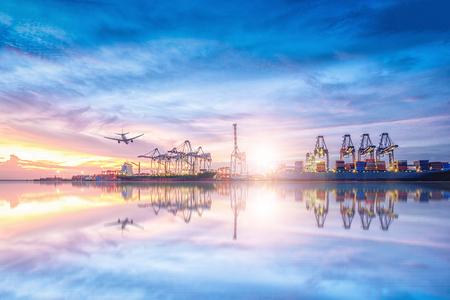 국제 컨테이너 물류 및 운송 황혼 하늘,화물 운송, 해운에서 바다화물 비행기 및화물 비행기 스톡 콘텐츠