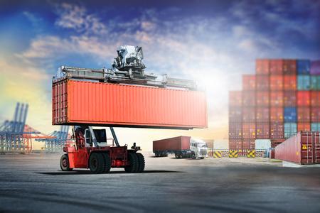 物流から輸出背景の輸出入輸送港でコンテナー ボックス読み込みを処理フォーク リフトの産業 写真素材
