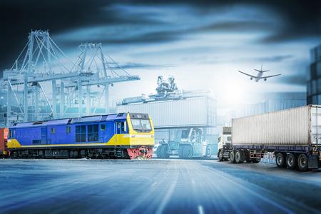 L'importation de logistique importent l'arrière-plan et l'industrie de transport du navire de fret de cargaison de récipient et du train de cargaison au port Banque d'images - 83555459