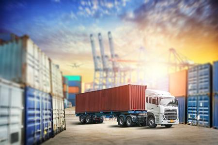 창고 물류 가져 오기 내보내기 배경에서화물 운송 언로드 컨테이너 트럭