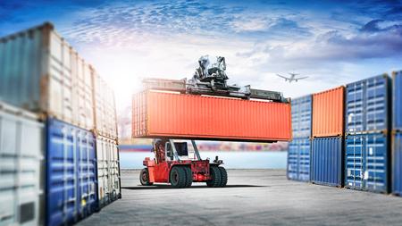 물류 가져 오기 내보내기 배경 및 포트에서 지게차 처리 컨테이너 상자로드의 운송 산업