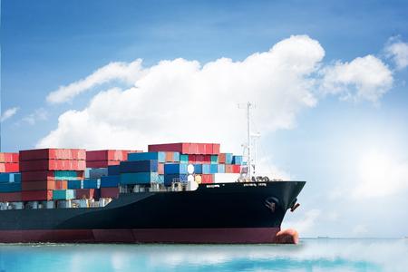 青い空の海港でコンテナ貨物船の物流輸入輸出背景、貨物輸送
