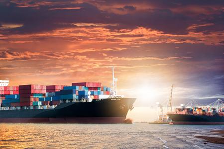 컨테이너 물류 가져 오기 내보내기 배경 일몰 하늘,화물 운송에서 바다에서 화물선 스톡 콘텐츠