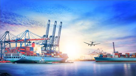 夕暮れ時の海での国際コンテナ貨物船や貨物機の物流、輸送、貨物輸送、輸送