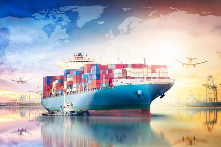 글로벌 비즈니스 물류 가져 오기 내보내기 개념 및 컨테이너화물 운송 산업 일몰 하늘에서화물 우주선