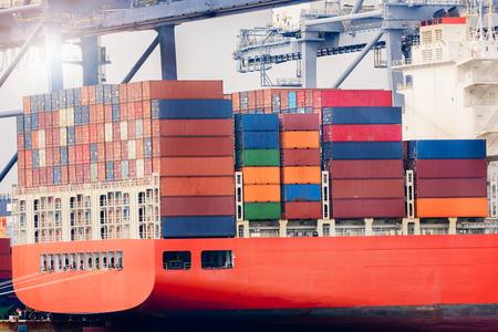 海港におけるコンテナ貨物貨物船の物流輸入輸出コンセプトと輸送産業 写真素材