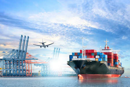Logistique et transport de conteneurs internationaux, cargo et avion cargo dans l'océan au crépuscule, Transport de marchandises, Expédition Banque d'images - 93289410