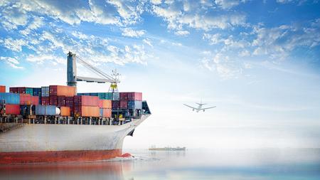 국제 컨테이너 물류 및 운송 석양 하늘에서 바다에서 화물선 및화물 비행기