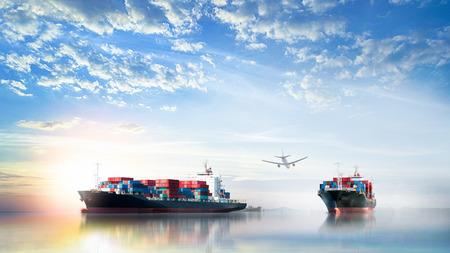 Logística y transporte de International Container Cargo ship y avión de carga en el océano en Sunset sky, Transporte de mercancías, Envío Foto de archivo