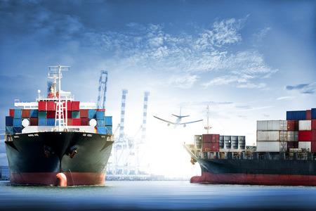 夕暮れ時の海上での国際コンテナ貨物船及び貨物機の物流・輸送、貨物輸送、船舶