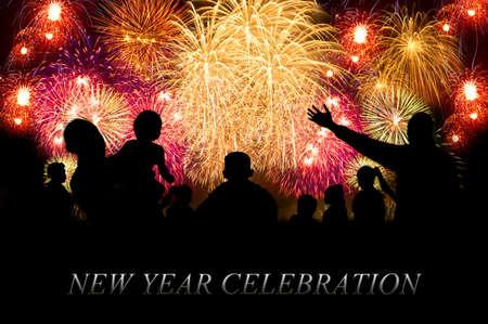 Happy New Year đám mây thông tin-văn bản thỏa thuận với khái niệm chương trình bắn pháo hoa trên bầu trời đêm như nền