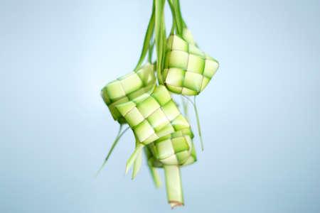 격리 된 파란색 배경에 Ketupat (쌀만 두) 스톡 콘텐츠