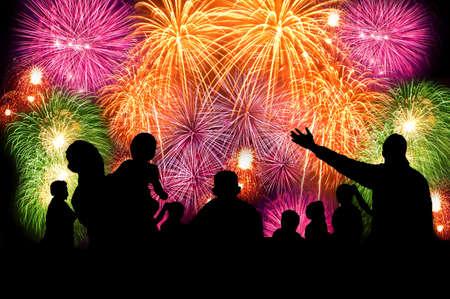 Silhouettes de personnes regardant de grands feux d'artifice