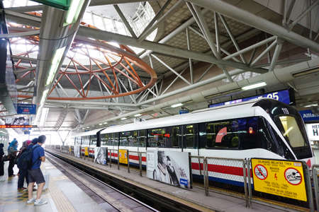 treno espresso: K.LUMPUR, Malesia-21 marzo 2015: Popoli in piedi e in attesa per il treno a fermarsi a KL Sentral, Kuala Lumpur. Il governo malese ha annunciato che il trasporto pubblico non è soggetta a IVA.