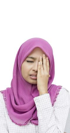 femme musulmane: Portrait de jeune femme malheureuse avec mal de tête sur fond blanc