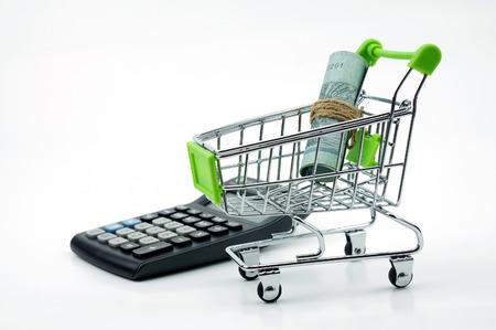 calculadora: Moneda en el carro de compras aislado en el fondo blanco
